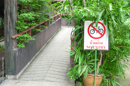 Fotografía  no bike road sign-Do not cycling, do not enter for this area, don't pass way, bi