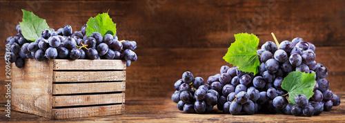 świeże winogrona w drewnianym pudełku