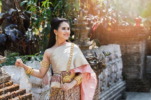 Beautyful Thai woman wearing thai traditional clothing Fototapete
