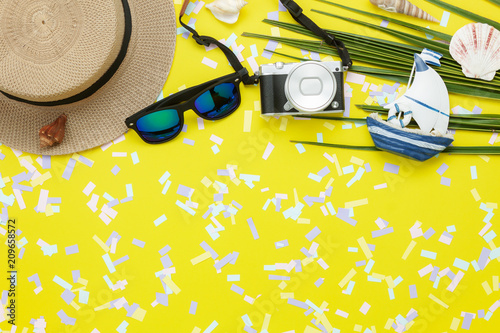 Fotografía  Table top view aerial image of items to travel summer holiday background concept