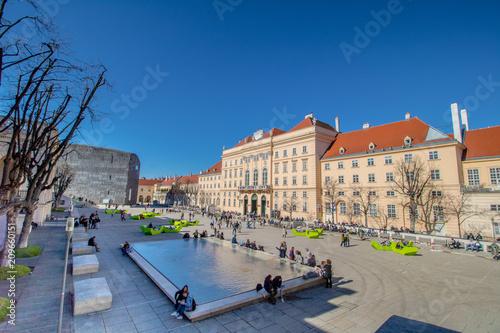 Deurstickers Wenen Das Museumsquartier an einem Frühlingstag in Wien, Österreich