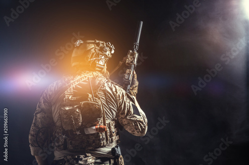Cuadros en Lienzo  Special forces soldier with rifle on dark background
