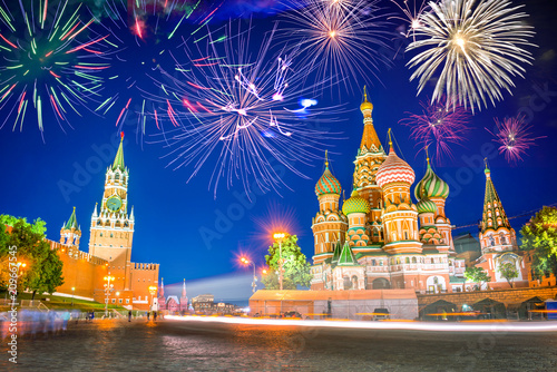 Papiers peints Con. ancienne Fireworks over St Basil's cathedral and Kremlin on Red Square at night, Moscow, Russia