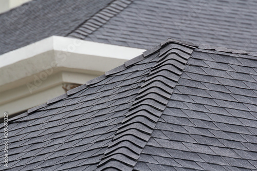 Fotografia edge of Roof shingles on top of the house, dark asphalt tiles on the roof background
