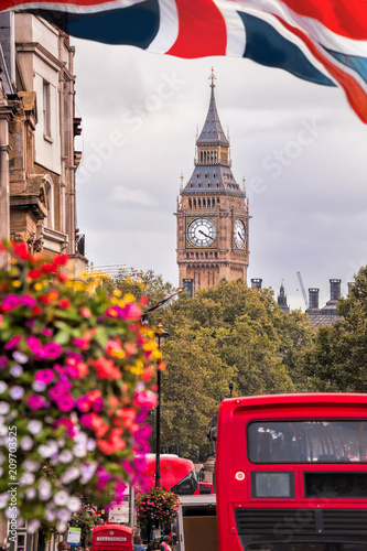Türaufkleber London roten bus Red bus against Big Ben in London, England