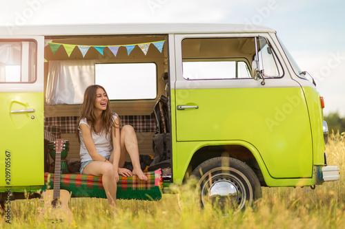 Photo  Young woman enjoying a roadtrip