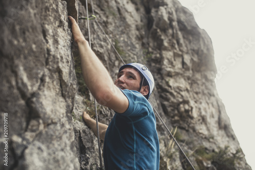 Photo sur Aluminium Alpinisme Mountaineer Climbing a Rock