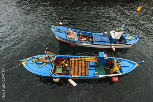 Zwei kleine Fischerboote im Meer