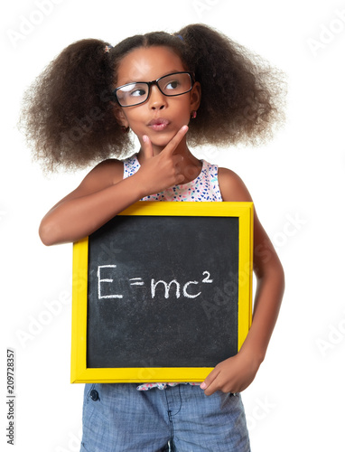 Photo  Cute african american girl with glasses holding a sign with a famous physics for