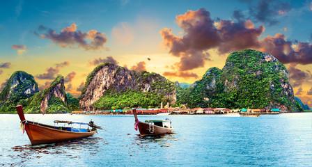 Naklejka Paisaje idílico de playas y costas de Tailandia.Islas y mar de Phuket. Viajes de aventura y ensueño