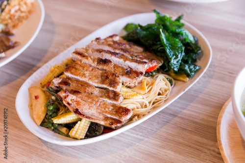 Fotografija  Drunken noodles: Spicy fried egg noodle with basil and pepper served with grilled pork