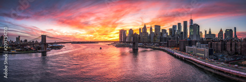 Tuinposter New York City Manhattan und Brooklyn Bridge Panorama in New York City, USA
