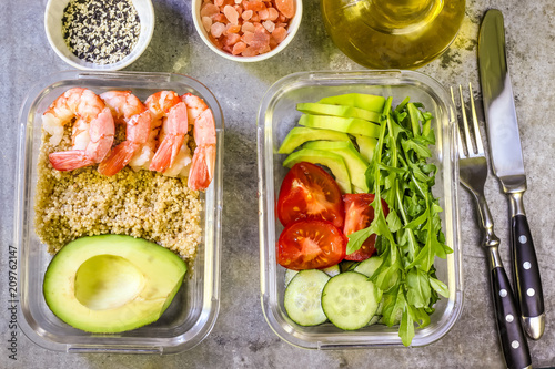 In de dag Assortiment Healthy meal prep containers with quinoa and shrimp