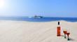Butelka wina na plaży, wakacje nad morzem.