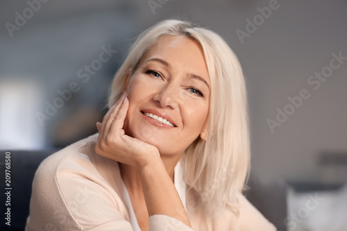 Fotografia  Portrait of smiling mature woman at home