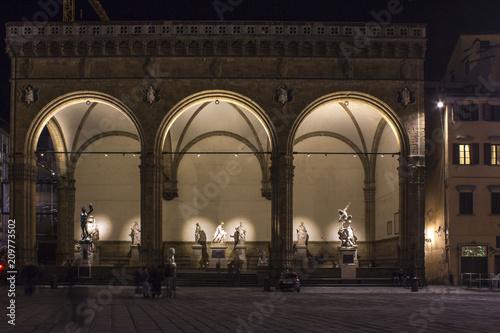 Photo Night view of Loggia dei Lanzi in Piazza della Signoria square in Florence, Ital