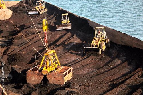 Foto op Plexiglas Poort Погрузка балкера судовыми кранами на рейде порта Самаринда, Индонезия.