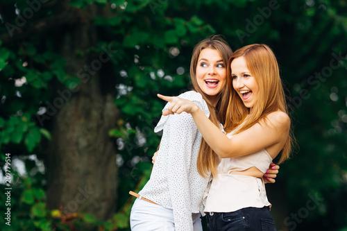 Fotografía  the two best friends met in the park and cute gossip