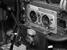 Armaturenbrett Mit Soliden Rundinstrumente Eines Englischen Armee Geländewagen In Lage Bei Detmold In Ostwestfalen-Lippe, Fotografiert In Neorealistischem Schwarzweiß