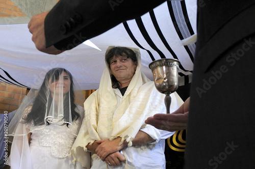 Fotografía Rabbi belssing Jewish bride and a bridegroom