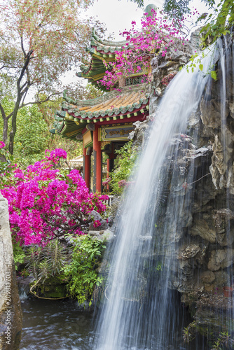 Photo  pavilion and waterfall in oriental garden in Hong Kong, China