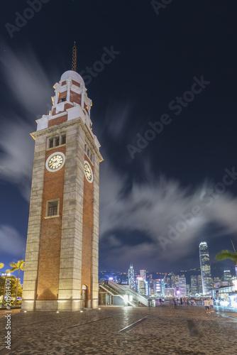 In de dag Aziatische Plekken Old clock tower and skyline in Hong Kong city at night