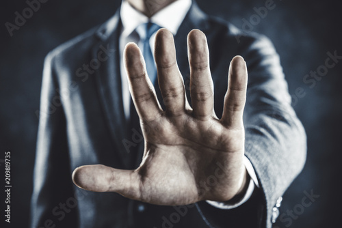 Fotografie, Obraz  手のひらを前に出すビジネスマン
