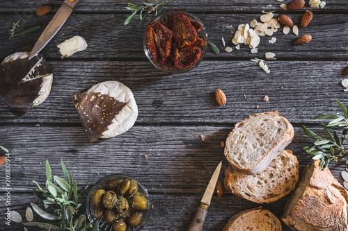 Tapas ou Tartine de Pain à la Tomme de Provence, Olive, Tomates Séchées et Amandes