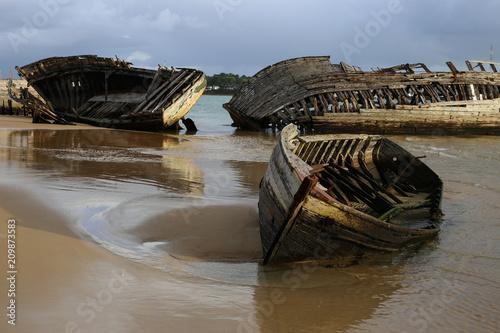 vieille épave de bateau échouée Fotobehang