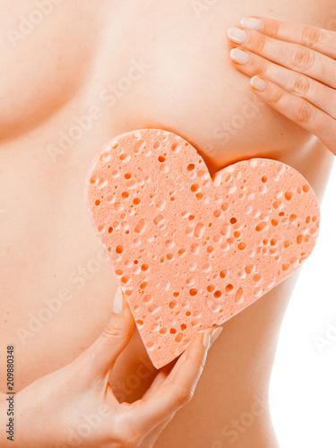In de dag Akt Naked woman holding heart sponge