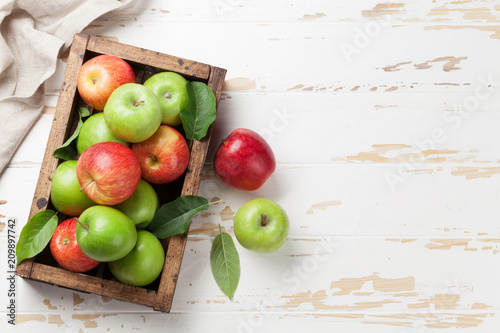 Fotomural  Green and red apples in wooden box