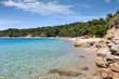 Der Strand von Agia Eleni in Skiathos, Sporaden, Griechenland, mit türkisem Meer und feinem Sand