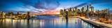 Fototapeta Nowy Jork - New York City Panorama bei Nacht mit Blick auf Manhattan und die Brooklyn Bridge