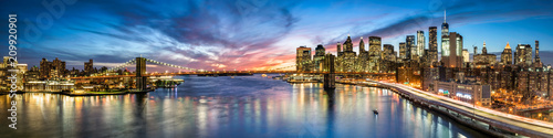 Foto op Canvas New York City New York City Panorama bei Nacht mit Blick auf Manhattan und die Brooklyn Bridge