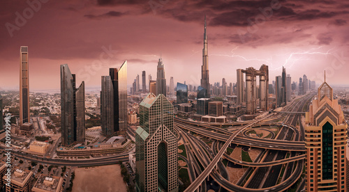In de dag Stad gebouw Dubai skyline during sunrise, United Arab Emirates.