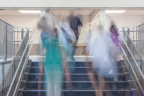Leinwand Poster Menschen bewegen sich in einem Bahnhof Konzept