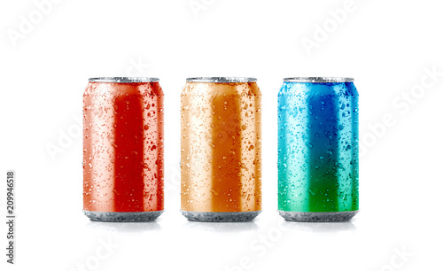 Photo Blank colors aluminium soda can mockup with drops, 3d rendering