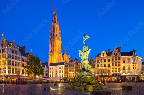 Photo sur Toile Antwerp Famous fountain with Statue of Brabo in Grote Markt square in Antwerpen, Belgium.