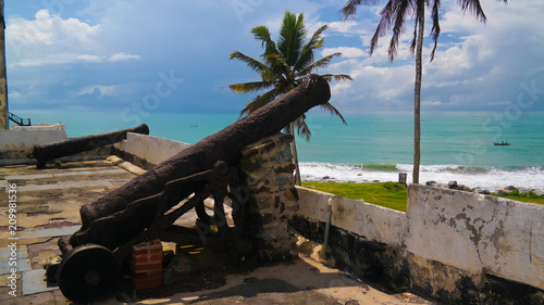 Fotografia  Cannons at the roof of Elmina castle and fortress, Ghana