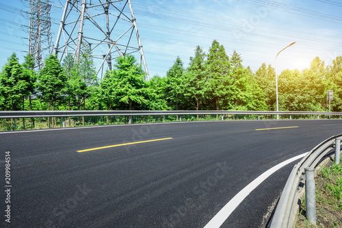 Foto  Curved asphalt highway and green forest