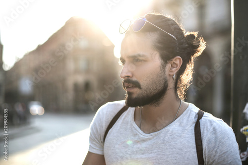 Fotomural  Handsome guy walking in the street in a big city