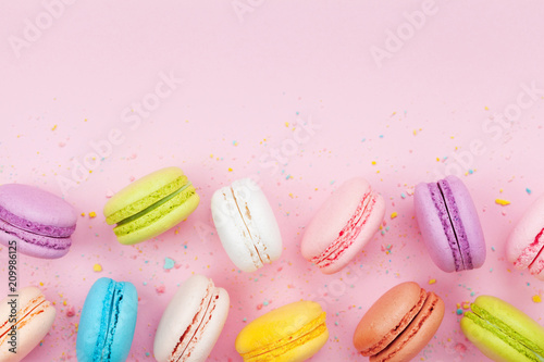 Foto auf Gartenposter Macarons Macaron or macaroon on pink pastel background top view. Flat lay composition.