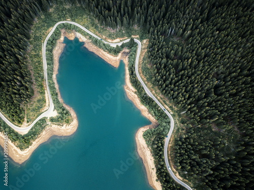 Foto auf Leinwand Khaki Green forest and mountain lake from above