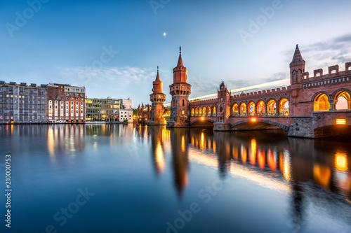 Obraz premium Oberbaumbrücke między Kreuzberg i Friedrichshain, Berlin, Niemcy