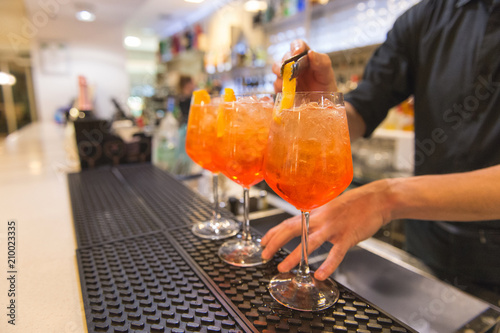 Barman che prepara aperitivi