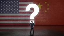 Geschäftsmann Steht Vor Wand Mit Den Flaggen Von USA Und China Und Einem Fragezeichen