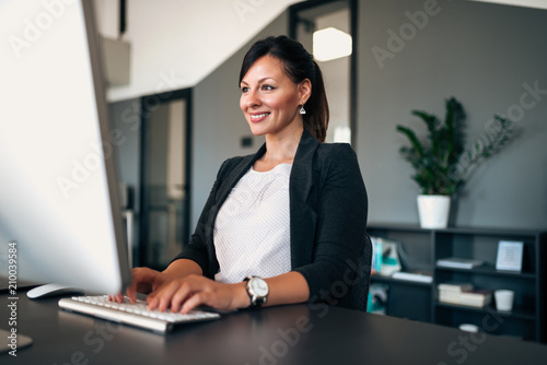 Photo Gorgeous female administrator working.