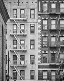 Czarno-biały obraz budynków mieszkalnych z ucieczką ognia w Nowym Jorku w USA. - 210048769