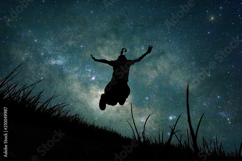Foto Young girl jumping into space, silhouette image