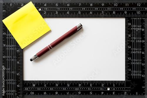 Foto  etiquetas adhesivas, bolígrafo rojo y regla de escuadra  para personalizar con e